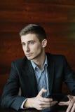 Hombre de negocios joven con la tableta imágenes de archivo libres de regalías