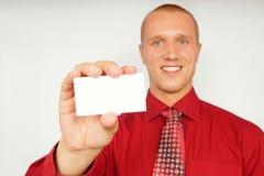 Hombre de negocios joven con la tarjeta de visita Imagen de archivo