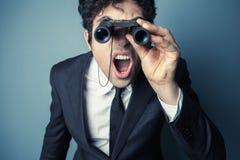 Hombre de negocios joven con los prismáticos Imagen de archivo