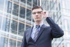Hombre de negocios joven con los vidrios Foto de archivo