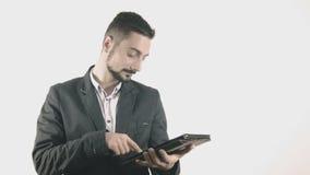 Hombre de negocios joven con PC de la tableta metrajes