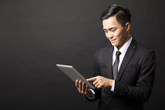 Hombre de negocios joven con PC de la tableta Fotografía de archivo libre de regalías