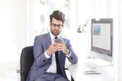Hombre de negocios joven con práctico imagen de archivo libre de regalías