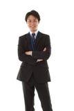 Hombre de negocios joven con sus brazos plegables Fotos de archivo libres de regalías