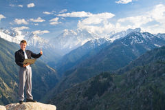 Hombre de negocios joven con una sonrisa amplia en el top de la montaña Imagen de archivo libre de regalías