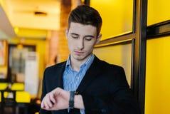 Hombre de negocios joven creativo imagenes de archivo