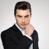 Hombre de negocios joven de la moda en juego negro Imagen de archivo