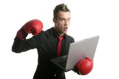 Hombre de negocios joven del boxeador con la computadora portátil Foto de archivo