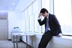 Hombre de negocios joven deprimido foto de archivo libre de regalías