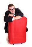Hombre de negocios joven detrás del equipaje rojo Fotos de archivo libres de regalías