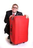 Hombre de negocios joven detrás del equipaje rojo Imágenes de archivo libres de regalías