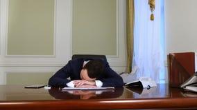 Hombre de negocios joven durmiente despertado por llamada de teléfono almacen de metraje de vídeo