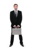 Hombre de negocios joven elegante con la maleta del metal Aislado en el fondo blanco Imágenes de archivo libres de regalías