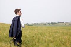 Hombre de negocios joven en campo Foto de archivo