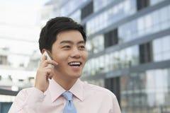 Hombre de negocios joven en del botón la camisa rosada en el teléfono, Pekín, China abajo Imagen de archivo