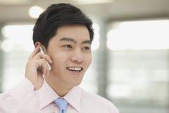 Hombre de negocios joven en del botón la camisa rosada en el teléfono, Pekín, China abajo Fotos de archivo libres de regalías