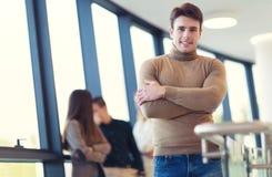 Hombre de negocios joven en el paño casual que presenta y que mira la cámara foto de archivo