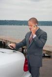 Hombre de negocios joven en el teléfono celular fotos de archivo
