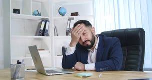 Hombre de negocios joven en el teléfono en oficina Imagen de archivo