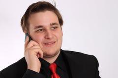 Hombre de negocios joven en hablar negro en el teléfono celular Imagen de archivo