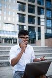 Hombre de negocios joven en la calle de la ciudad imágenes de archivo libres de regalías