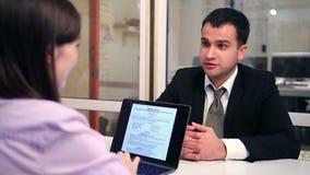 Hombre de negocios joven en la entrevista en oficina almacen de metraje de vídeo