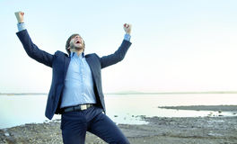 Hombre de negocios joven en la playa de piedra Foto de archivo libre de regalías