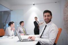 Hombre de negocios joven en la reunión Foto de archivo libre de regalías