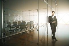 Hombre de negocios joven en la sala de conferencias imágenes de archivo libres de regalías