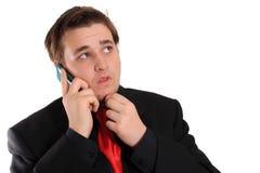 Hombre de negocios joven en negro con el teléfono celular Fotografía de archivo libre de regalías