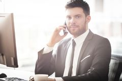 Hombre de negocios joven en oficina Fotografía de archivo
