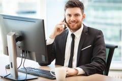 Hombre de negocios joven en oficina Fotografía de archivo libre de regalías