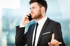 Hombre de negocios joven en oficina Imagen de archivo