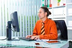 Hombre de negocios joven en su escritorio Imagenes de archivo