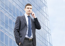 Hombre de negocios joven en un ambiente urbano Foto de archivo libre de regalías