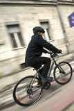 Hombre de negocios joven en una bicicleta Foto de archivo