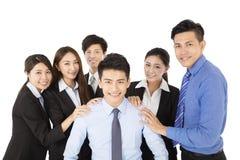 Hombre de negocios joven feliz con el equipo del negocio imagen de archivo
