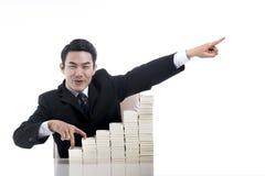 Hombre de negocios joven feliz con el finger que camina encima de la escalera y del hig Foto de archivo