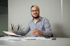 Hombre de negocios joven feliz con el resultado Fotografía de archivo libre de regalías