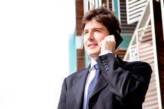 Hombre de negocios joven feliz con el teléfono celular Foto de archivo libre de regalías