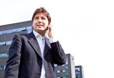 Hombre de negocios joven feliz con el teléfono celular Fotografía de archivo
