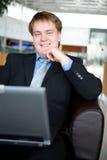 Hombre de negocios joven feliz con la computadora portátil Imagen de archivo libre de regalías