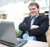 Hombre de negocios joven feliz con la computadora portátil Foto de archivo