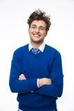 Hombre de negocios joven feliz en vidrios con los brazos doblados Imágenes de archivo libres de regalías