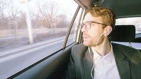 Hombre de negocios joven feliz Smiling During una llamada de teléfono metrajes