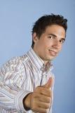 Hombre de negocios joven fresco que da los pulgares para arriba Fotografía de archivo libre de regalías