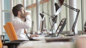 Hombre de negocios joven frustrado