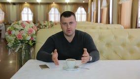 Hombre de negocios joven Giving Interview To la cámara metrajes