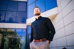 Hombre de negocios joven hermoso barbudo en el edificio de oficinas al aire libre fotografía de archivo