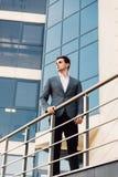 Hombre de negocios joven hermoso en el balcón del edificio de oficinas al aire libre que mira adelante Imagen de archivo libre de regalías